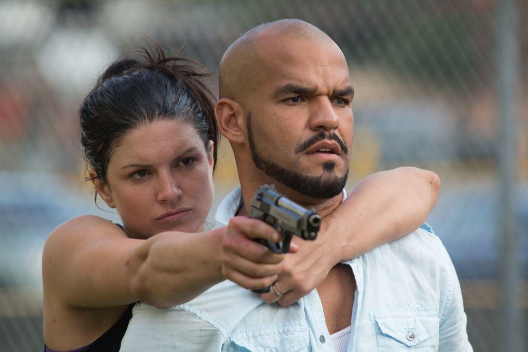 Die Männer haben keine Chance. Ava (Gina Carano, l.) weiß genau, was sie will und setzt sich gegen Silvio Lugo (Amaury Nolasco, r) und seine Meute d... - Bildquelle: Francisco Roman ITB Productions, Inc.