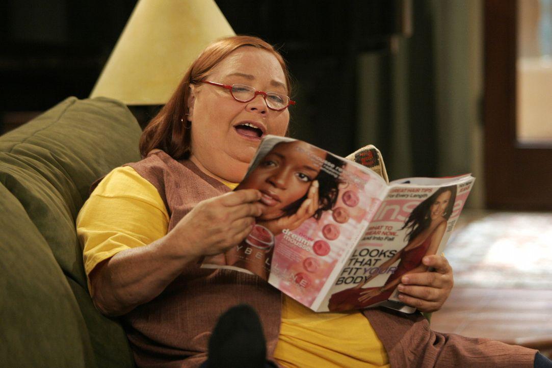 Alan gewährt Berta (Conchata Ferrell), die zu Hause Schwierigkeiten hat, für einige Zeit Asyl in Charlies Haus. Charlie ist darüber aber nicht er... - Bildquelle: Warner Brothers Entertainment Inc.