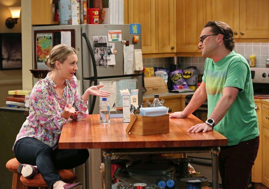Versuchen, Sheldon auf andere Gedanken zu bringen: Penny (Kaley Cuoco, l.) und Leonard (Johnny Galecki, r.) ... - Bildquelle: Warner Brothers