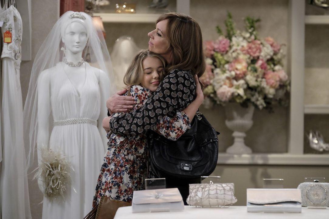 Violet (Sadie Calvano, l.) freut sich, dass sowohl Christy als auch Bonnie (Allison Janney) gekommen sind, um mit ihr ein Hochzeitskleid auszusuchen... - Bildquelle: 2015 Warner Bros. Entertainment, Inc.