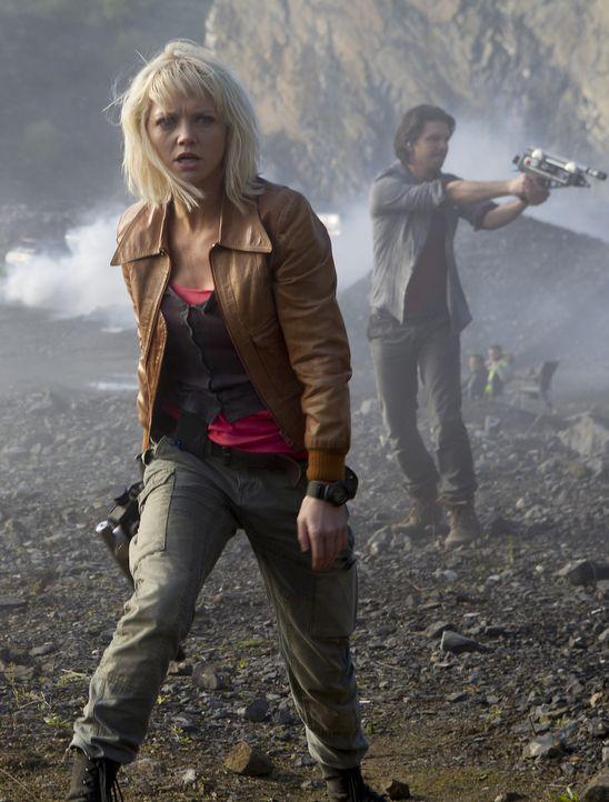 Ein Kampf auf Leben und Tod: Abby (Hannah Spearritt, l.) und Connor (Andrew Lee Potts, r.) .... - Bildquelle: ITV Plc