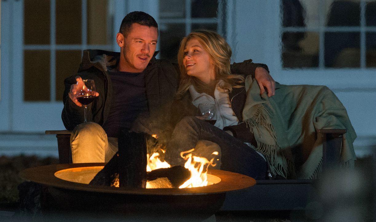 Scott (Luke Evans, l.); Megan (Haley Bennett, r.) - Bildquelle: 2016 Constantin Film Verleih GmbH