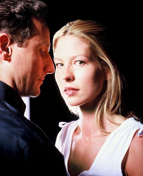 Hatte Ellena (Jenna Elfman, r.) eine Affäre mit dem angesehenen, verheirateten Arzt David Stillman (Sam Robards, l.) oder ist sie lediglich von dem... - Bildquelle: TM &   2006 CBS Studios Inc. All Rights Reserved.