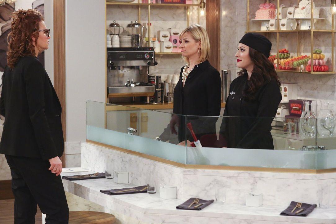 Roseanne (Sandra Bernhard, l.), die Chefin eines Restaurants der Extraklasse, ist gespannt, wie sich ihre neusten Angestellten Caroline (Beth Behrs,... - Bildquelle: Warner Bros. Television