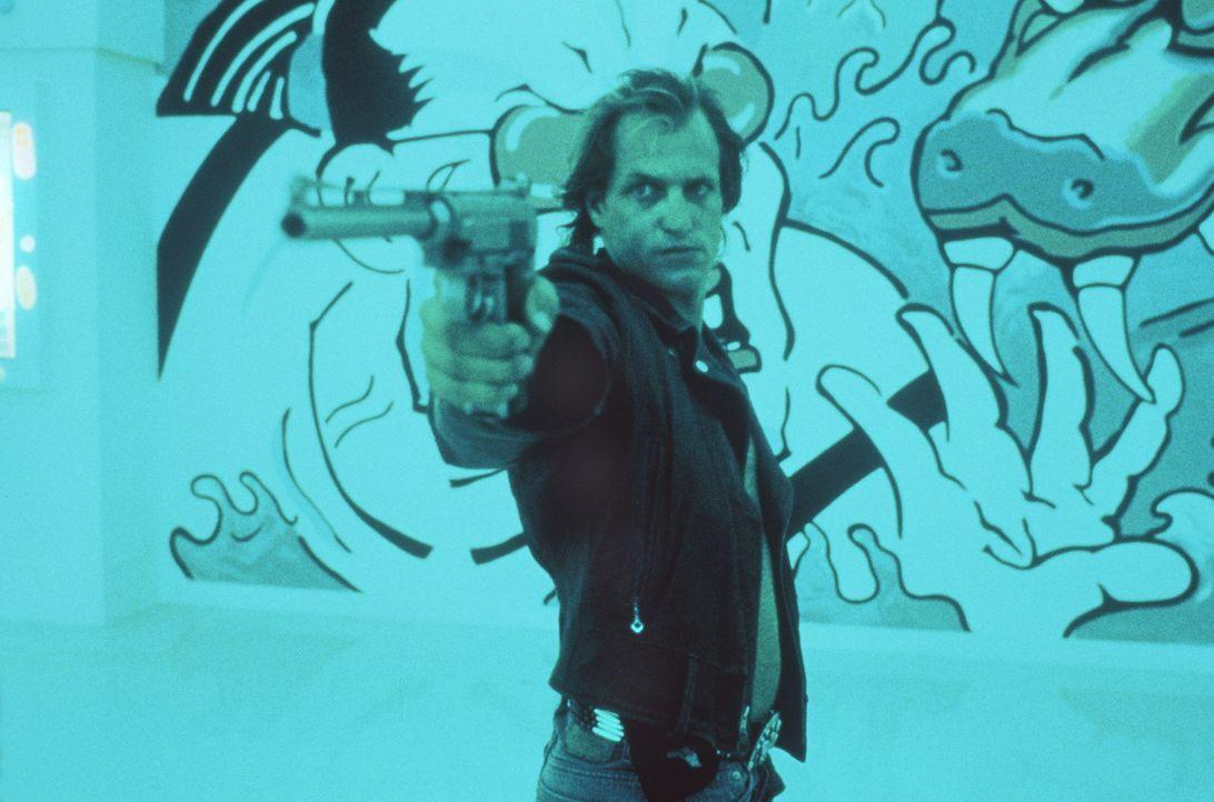 Mickey (Woody Harrelson) und seine zweitbeste Freundin: seine Waffe ... - Bildquelle: Warner Bros.