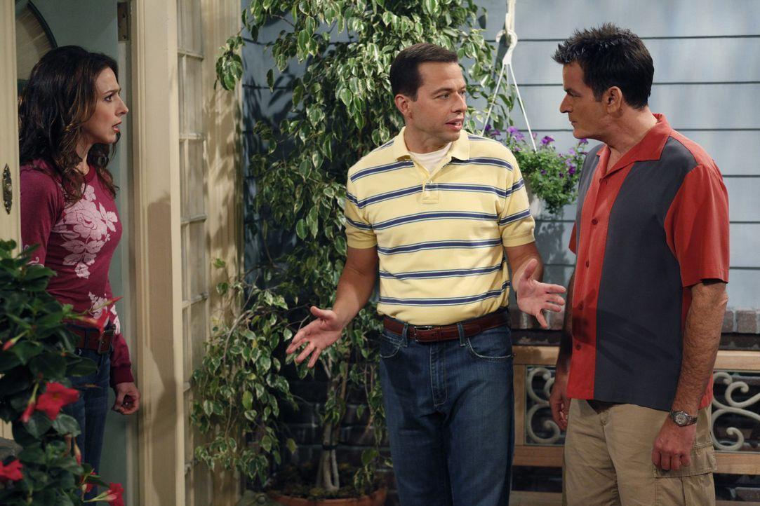 Charlie (Charlie Sheen, r.) steckt Judith (Marin Hinkle, l.), dass Lyndsey möchte, das Alan (Jon Cryer, M.) bei ihr einzieht. Judith die ganz in de... - Bildquelle: Warner Brothers Entertainment Inc.