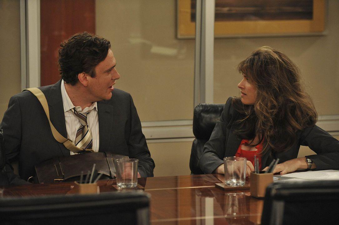 Jenkins (Amanda Peet, r.) ist seit kurzem in derselben Abteilung wie Marshall (Jason Segel, l.) angestellt. Marshall ist von ihren Streichen ganz be... - Bildquelle: 20th Century Fox International Television