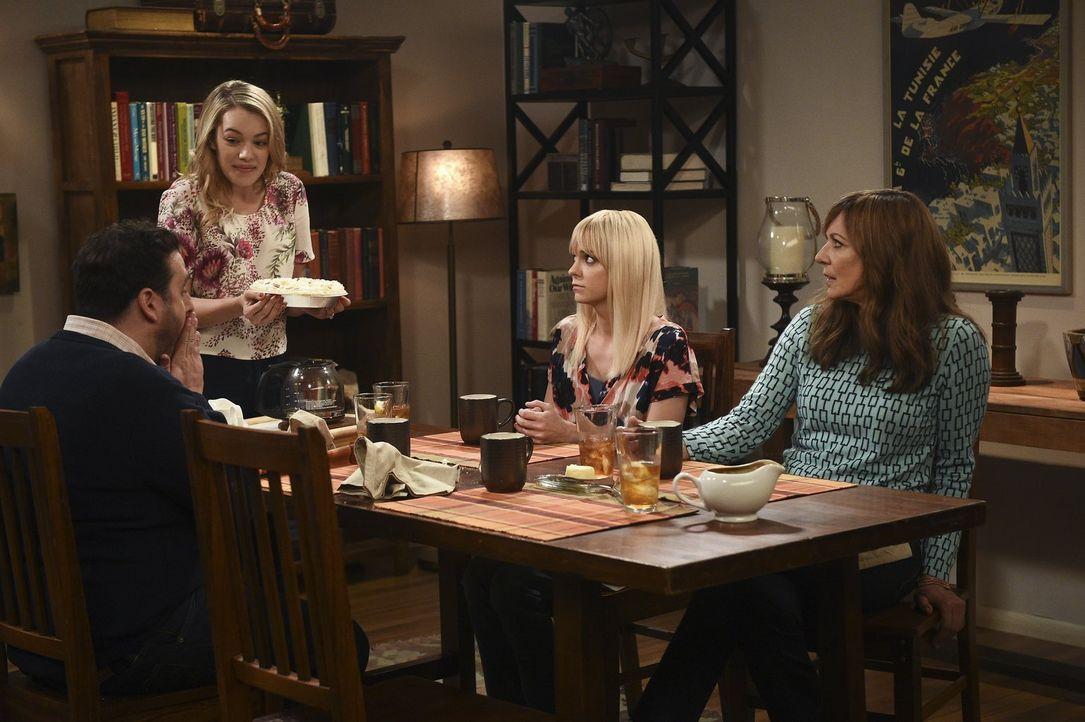 Violet (Sadie Calvano, 2.v.l.) lädt ihre Mutter Christy (Anna Faris, 2.v.r.) und ihre Großmutter Bonnie (Allison Janney, r.) zum Abendessen bei ihre... - Bildquelle: 2015 Warner Bros. Entertainment, Inc.