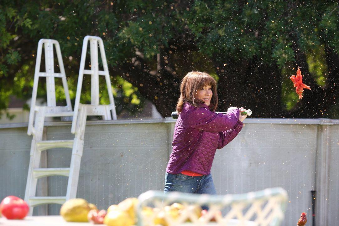 Frankie (Patricia Heaton) ist zutiefst betrübt, als Axl sich weigert, mit ihr zu reden, nachdem er gehört hat, was seine Mutter wirklich über April... - Bildquelle: Warner Bros.
