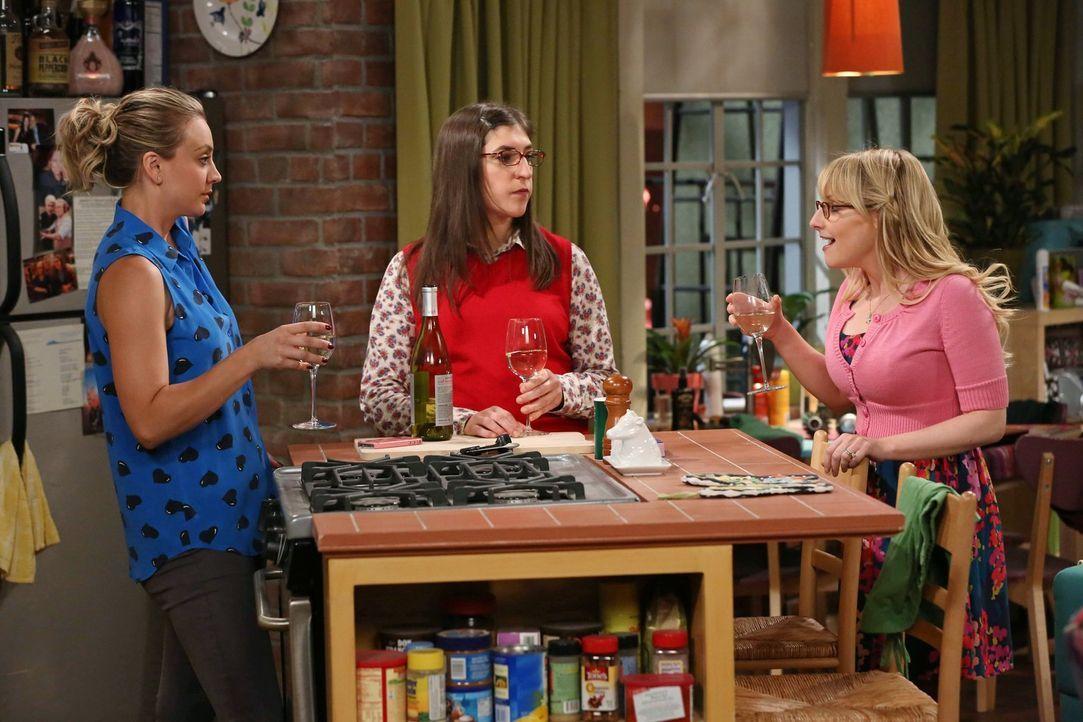 Während Amy (Mayim Bialik, M.), Bernadette (Melissa Rauch, r.) und Penny (Kaley Cuoco, l.) auf die Verlobung anstoßen wollen, muss sich Sheldon mit... - Bildquelle: Warner Brothers