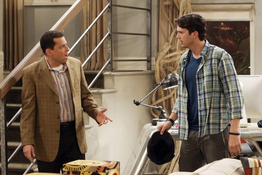 """Walden (Ashton Kutcher, r.) hat Liebeskummer. Das macht es für ihn umso schwerer, Alans (Jon Cryer, l.) amouröse Eskapaden als """"Jeff Starkmann"""" zu e... - Bildquelle: Warner Brothers Entertainment Inc."""
