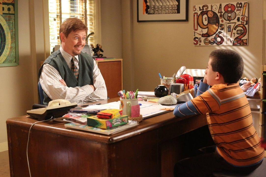 Bricks Therapeut Dr. Fulton (Dave Foley, l.) will Brick (Atticus Shaffer, r.) zeigen, wie er sich anderen Schülern annähern und mit ihnen Freundscha... - Bildquelle: Warner Brothers