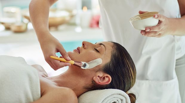Ein chemisches Peeling wirkt nicht durch die äußere Anwendung, sondern durch...