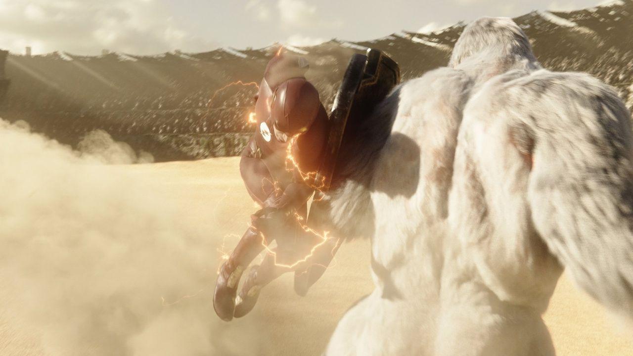Barry alias The Flash (Grant Gustin, l.) muss gegen den bösen Gorilla Anführer Solovar (Keith David, r.) kämpfen, der angeblich die Invasion von Erd... - Bildquelle: 2016 Warner Bros.