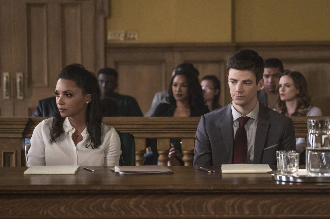 Cecile (Danielle Nicolet, l.) versucht alles, um Barry (Grant Gustin, r.) bei den Verhandlungen so gut es geht zu vertreten, doch die Chancen stehen... - Bildquelle: 2017 Warner Bros.