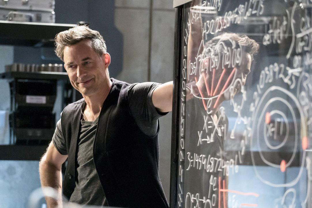 H.R. (Tom Cavangh) setzt alles daran, damit Tracy endlich die Falle für Savitar fertigstellen kann, während Cisco die Hoffnung nicht aufgeben will,... - Bildquelle: 2016 Warner Bros.