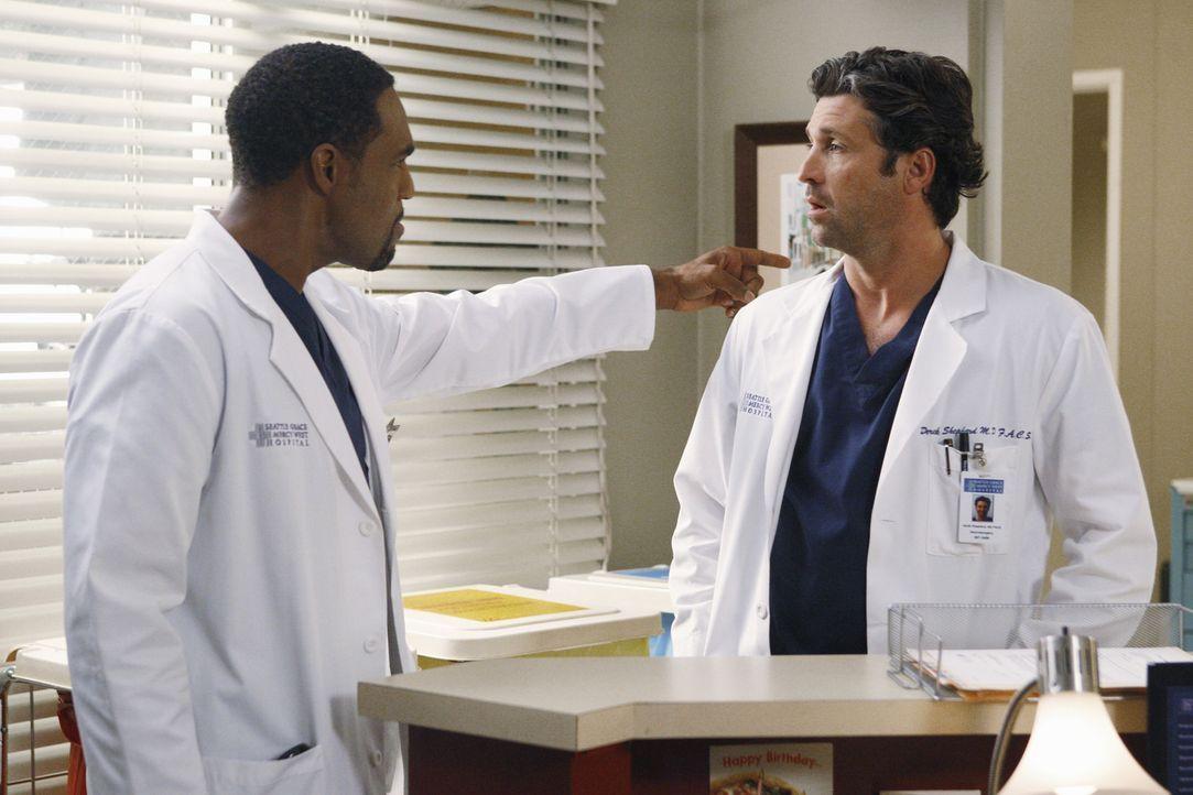 Während es zwischen Derek (Patrick Dempsey, r.) und Meredith noch nicht viel besser läuft, kehrt Ben (Jason George, l.) ins Seattle Grace zurück... - Bildquelle: ABC Studios