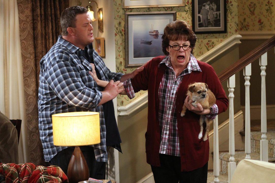 Feiern den Geburtstag von Dennis, doch dann geschieht ein Unglück: Peggy (Rondi Reed, r.) und Mike (Billy Gardell, l.) ... - Bildquelle: Warner Brothers