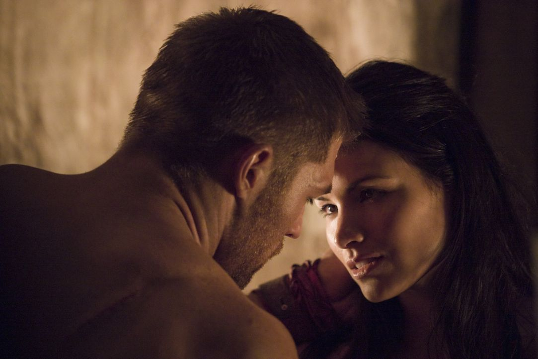 Immer wieder muss Mira (Katrina Law, r.) erleben, dass Spartacus (Liam McIntyre, l.) sein Leben riskiert, um Rache zu üben. Inständig bittet sie i... - Bildquelle: 2011 Starz Entertainment, LLC. All rights reserved.