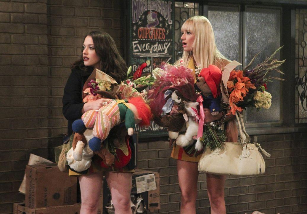 Als ihr erster Kunde vor ihrem Laden an einer Drogenüberdosis stirbt, sehen Max (Kat Dennings, l.) und Caroline (Beth Behrs, r.) ihren Laden schon d... - Bildquelle: Warner Brothers