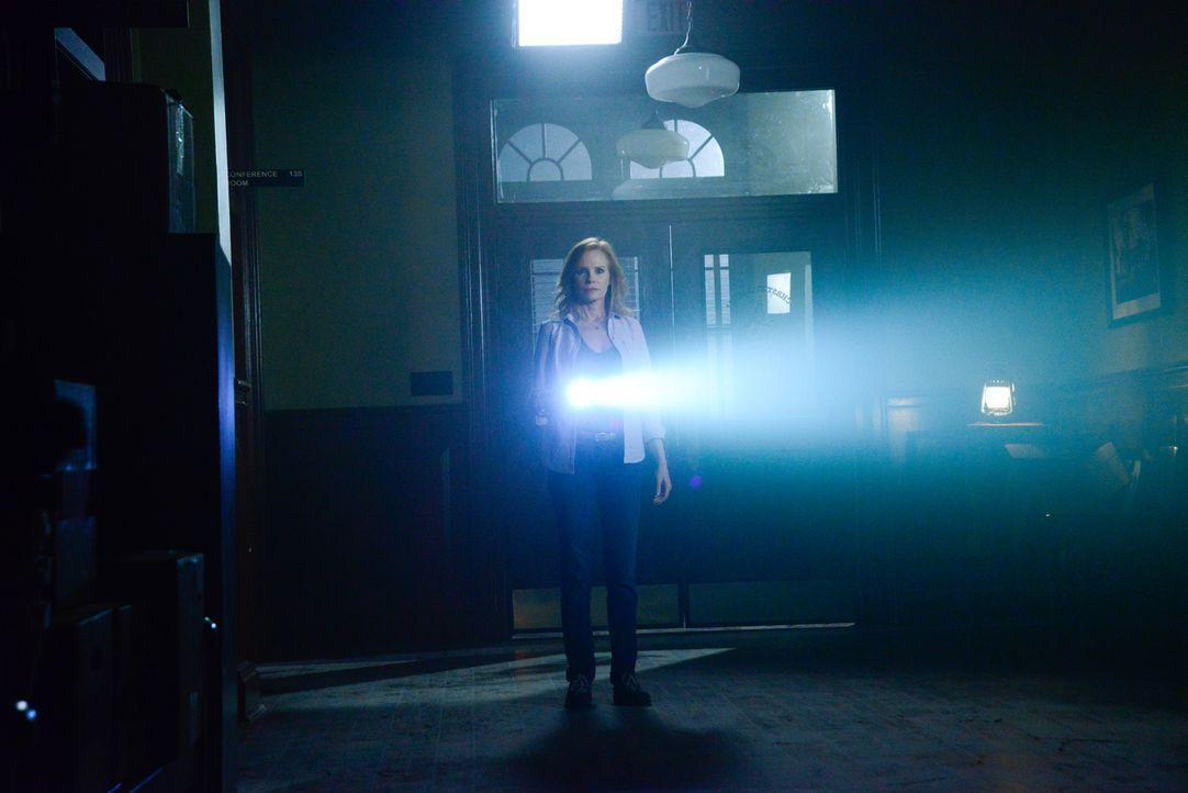 Christine (Marg Helgenberger) nutzt all ihren Charme, um ihre Ziele zu erreichen oder besser, die Ziele der Kuppel ... - Bildquelle: Brownie Harris 2015 CBS Studios Inc.
