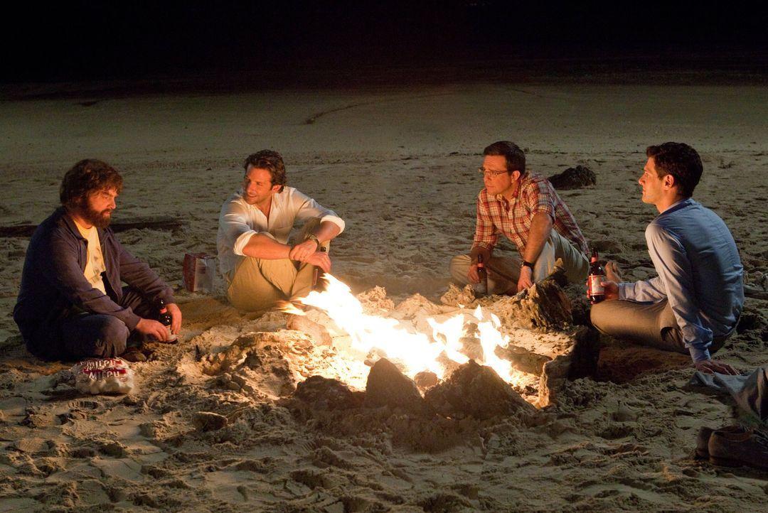 Noch ahnen (v.l.n.r.) Alan (Zach Galifianakis), Phil (Bradley Cooper), Stu (Ed Helms) und Doug (Justin Bartha) nicht, dass auch dieses Mal der Jungg... - Bildquelle: Warner Brothers