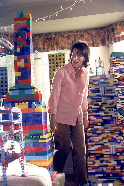 Lois (Jane Kaczmarek) ist nicht gerade begeistert über die neuen Zustände im Wohnzimmer. - Bildquelle: TM +   2000 Twentieth Century Fox Film Corporation. All Rights Reserved.