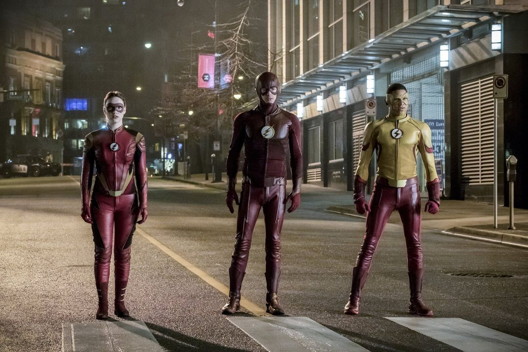Gelingt es Jesse alias Jesse Quick (Violett Beane, l.), Barry alias The Flash (Grant Gustin, M.), Wally alias Kid Flash (Keiynan Lonsdale, r.) und d... - Bildquelle: 2016 Warner Bros.