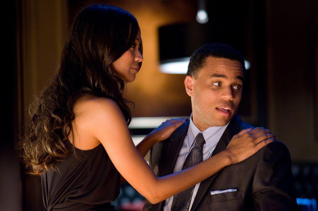 Das Glück scheint perfekt: Jake (Michael Ealy, r.) macht Lilly (Zoe Saldana, l.) einen Heiratsantrag, nachdem ein äußerst lukrativer Banküberfal... - Bildquelle: 2010 Screen Gems, Inc. All Rights Reserved.