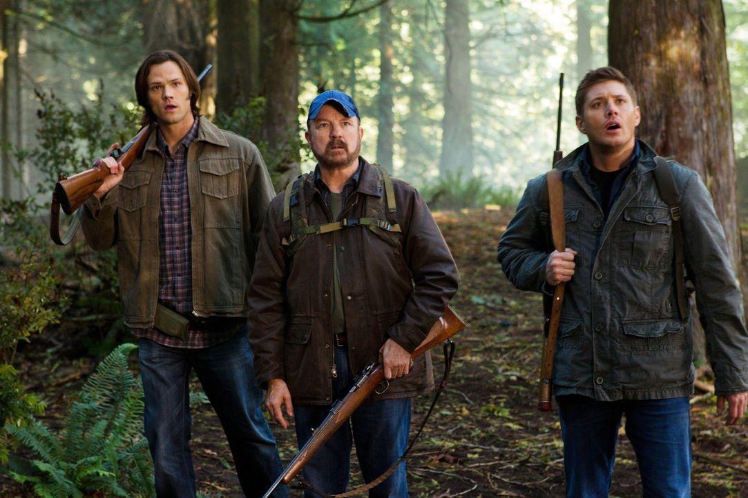 Sam (Jared Padalecki, l.), Dean (Jensen Ackles, r.) und Bobby (Jim Beaver, M.) schlagen ihr Lager im New Jersey State Park auf, um eine Kreatur zu s... - Bildquelle: Warner Bros. Television