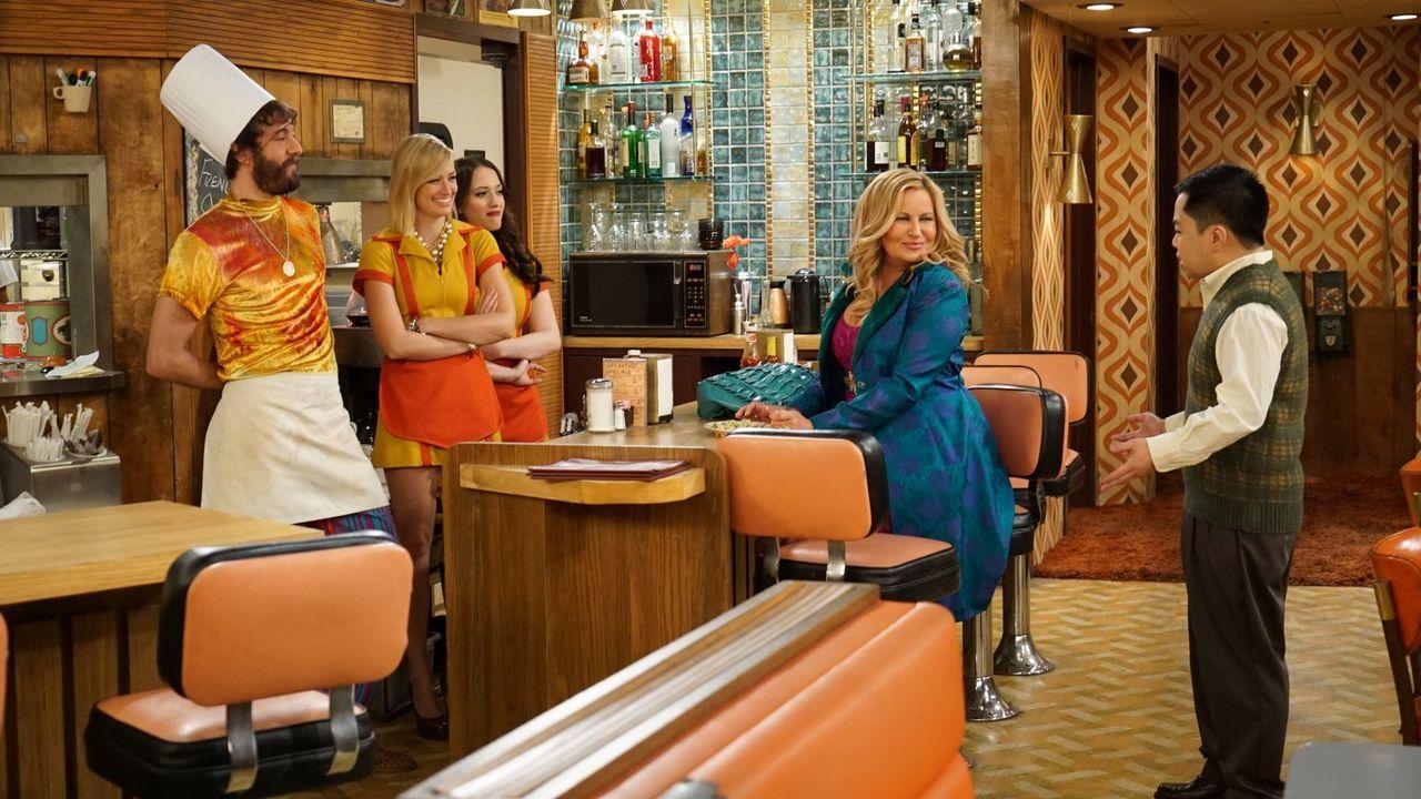 Caroline (Beth Behrs, 2.v.l.) trommelt die ganze Truppe des Diners zusammen - Max (Kat Dennings, 3.v.l.), Oleg (Jonathan Kite, l.), Han (Matthew Moy... - Bildquelle: Warner Brothers