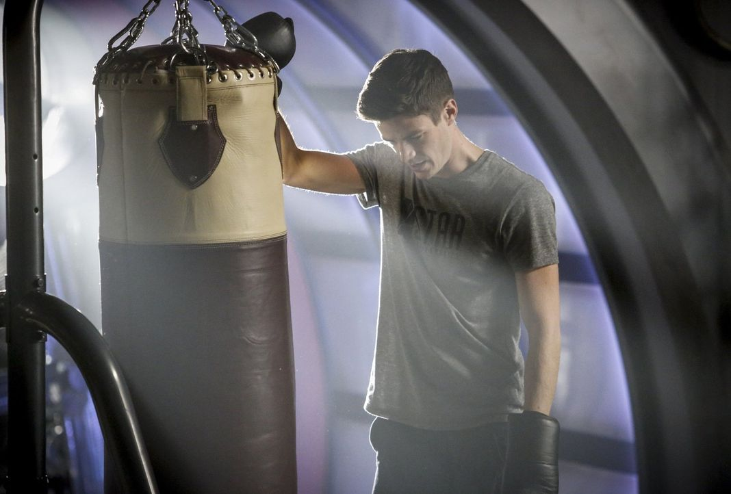 Die Rückkehr Grodds zur Welt 1 lässt Barry (Grant Gustin) an einigen seiner ehemaligen Entscheidungen zweifeln und bringt ihn dazu, darüber nachzude... - Bildquelle: 2016 Warner Bros.