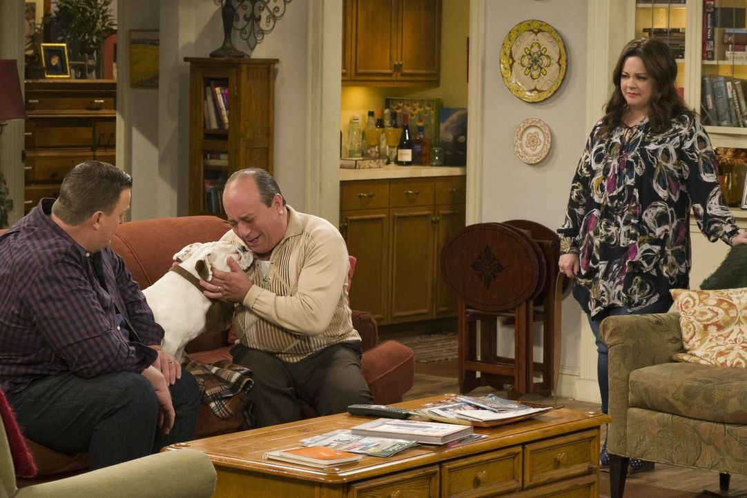 Molly (Melissa McCarthy, r.) kann nicht verstehen, wieso sich Mike (Billy Gardell, l.), Vince (Louis Mustillo, 2.v.l.) und der Rest ihrer Familie so... - Bildquelle: Warner Brothers