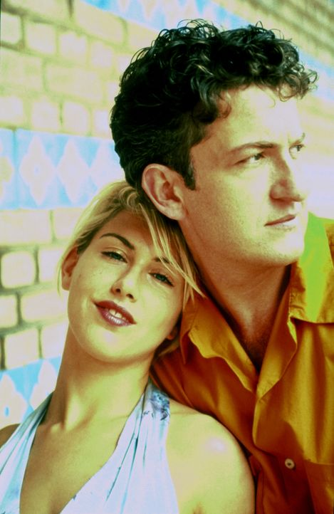 Connys (Gruschenka Stevens, l.) Liebe gehört Gregor (Dominic Raacke, r.), doch ihre erotischen Phantasien lebt sie mit einem ihrer Telefonsexkunden... - Bildquelle: ProSieben/Klausmann