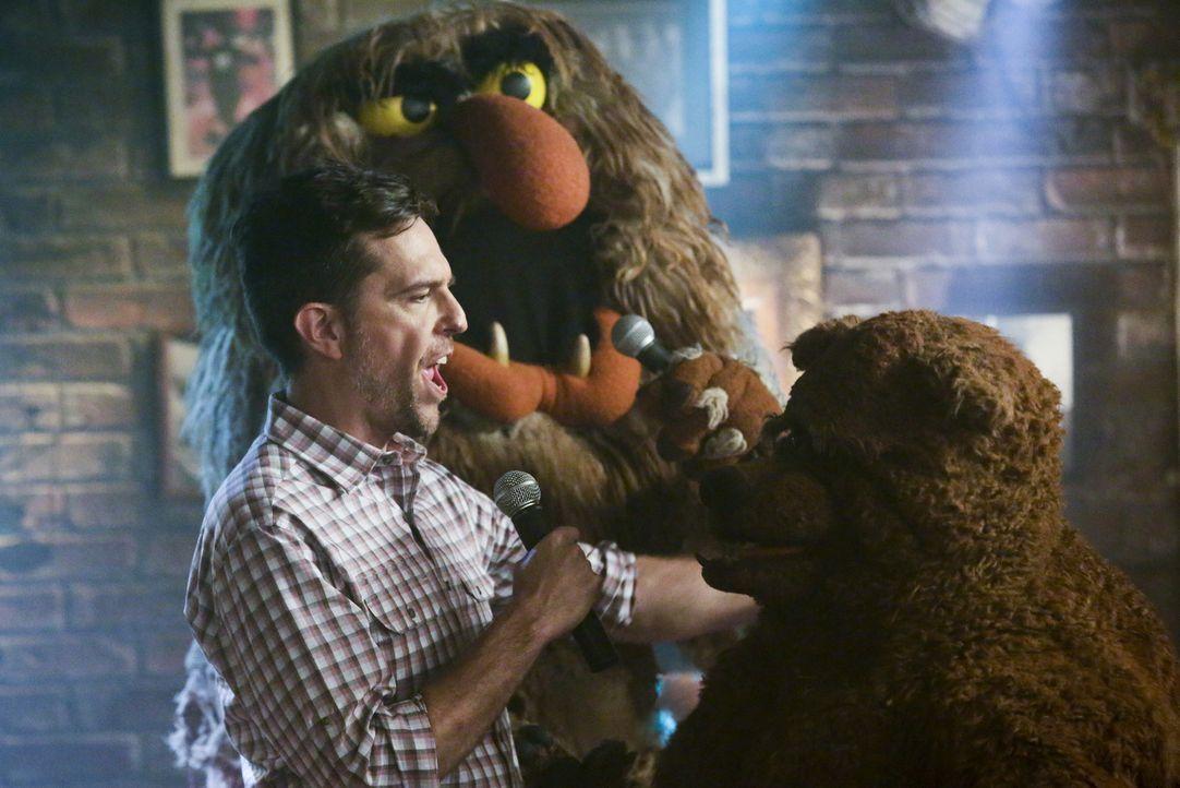 Die Muppets verbringen den Abend nach der Show zusammen mit Ed Helms (l.) in Rowlfs Kneipe. Dort singen sie alle zusammen bis spät in die Nacht Kara... - Bildquelle: Nicole Wilder ABC Studios