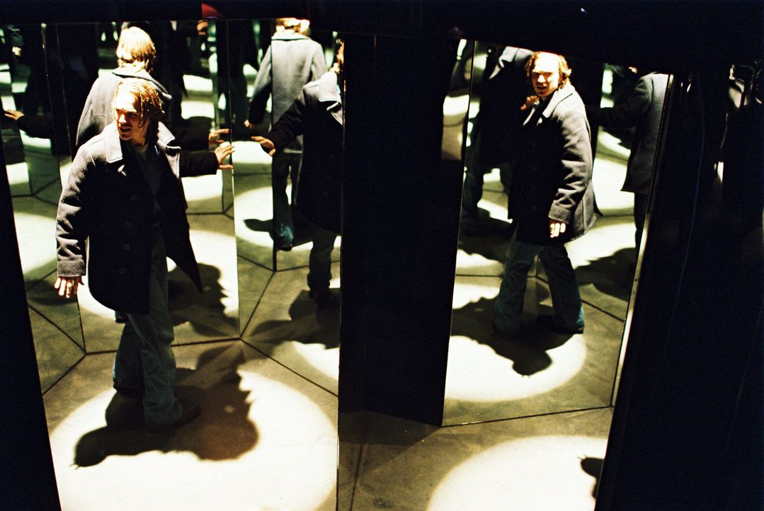 Ist wie in einem Spiegelkabinett in seinen Alpträumen gefangen: Kunststudent Alan (Jonathan Jackson) ... - Bildquelle: ApolloMedia