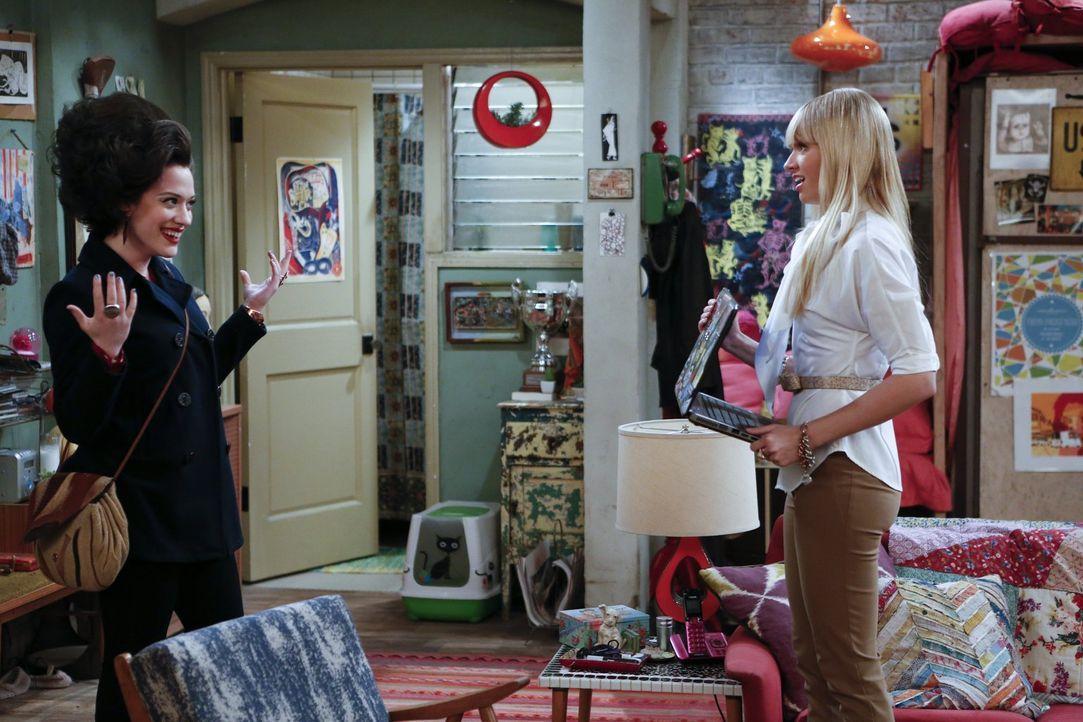 Caroline (Beth Behrs, r.) ist etwas irritiert, als sie Max (Kat Dennings, l.) nach ihrem Friseur Besuch sieht ... - Bildquelle: Warner Bros. Television