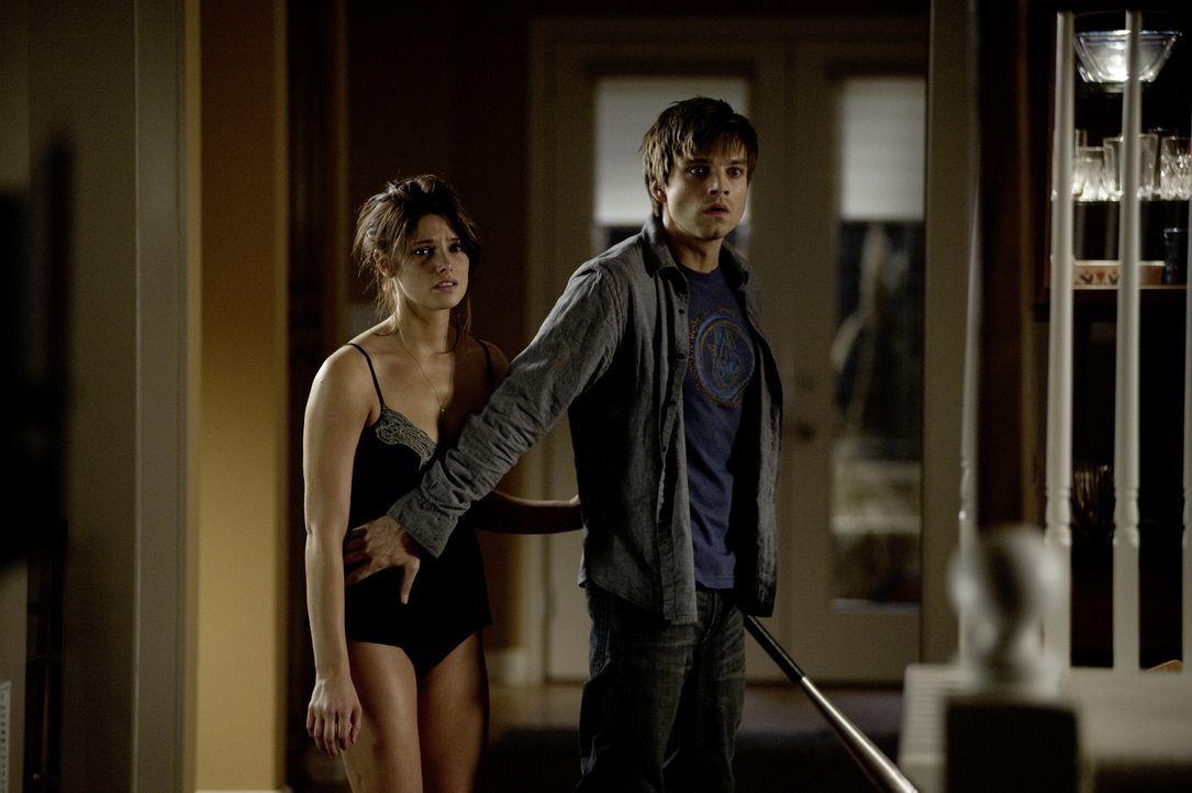 Tag für Tag und Nacht für Nacht wartet das Grauen auf sie und ernährt sich von ihrer Angst: Kelly (Ashley Greene, l.) und Ben (Sebastian Stan, r.) .... - Bildquelle: 2012 Dark Castle Holdings, LLC.