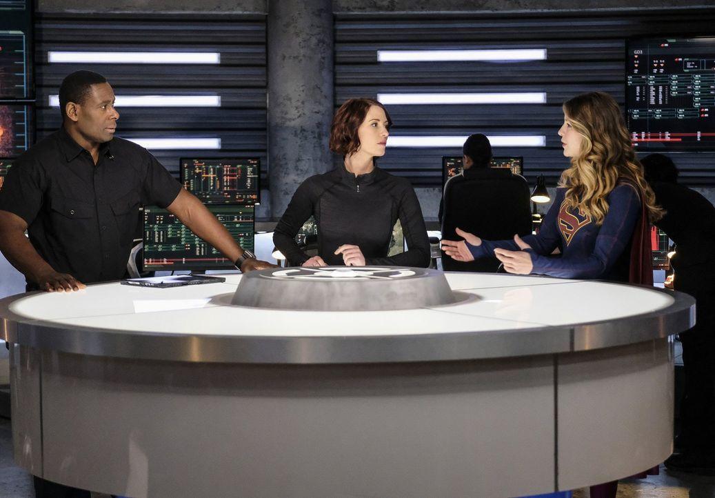Wie werden Hank (David Harewood, l.), Alex (Chyler Leigh, M.) und Supergirl (Melissa Benoist, r.) mit dem Widerauftauchen von Mon-Els Eltern umgehen? - Bildquelle: 2016 Warner Brothers