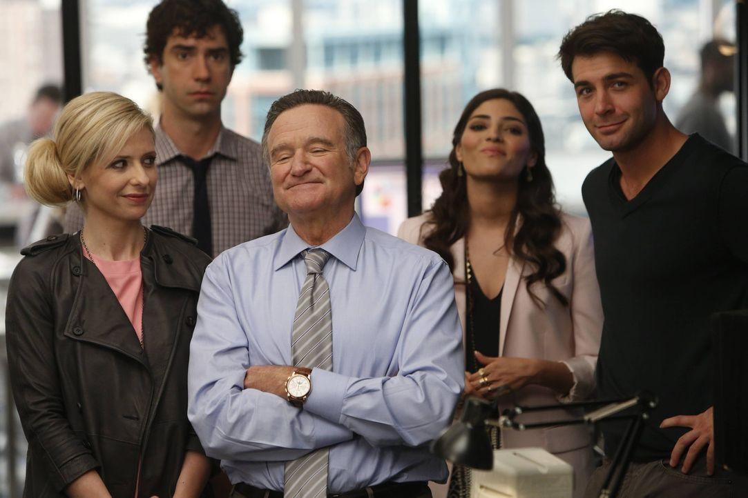 Eine ganz besondere Crew: Simon (Robin Williams, M.), Sydney (Sarah Michelle Gellar, l.), Zach (James Wolk, r.), Andrew (Hamish Linklater, 2.v.l.) u... - Bildquelle: 2013 Twentieth Century Fox Film Corporation. All rights reserved.