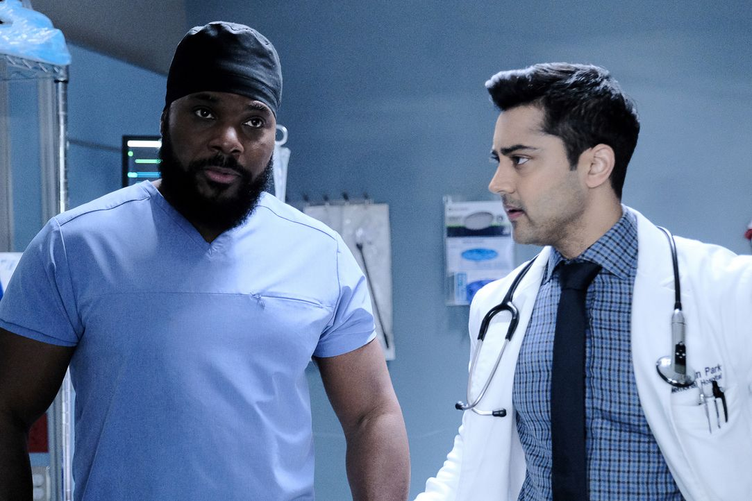 Dr. AJ Austin (Malcolm-Jamal Warner, l.); Dr. Devon Pravesh (Manish Dayal, r.) - Bildquelle: Guy D'Alema 2019-2020 Twentieth Century Fox Film Corporation.  All rights reserved. / Guy D'Alema