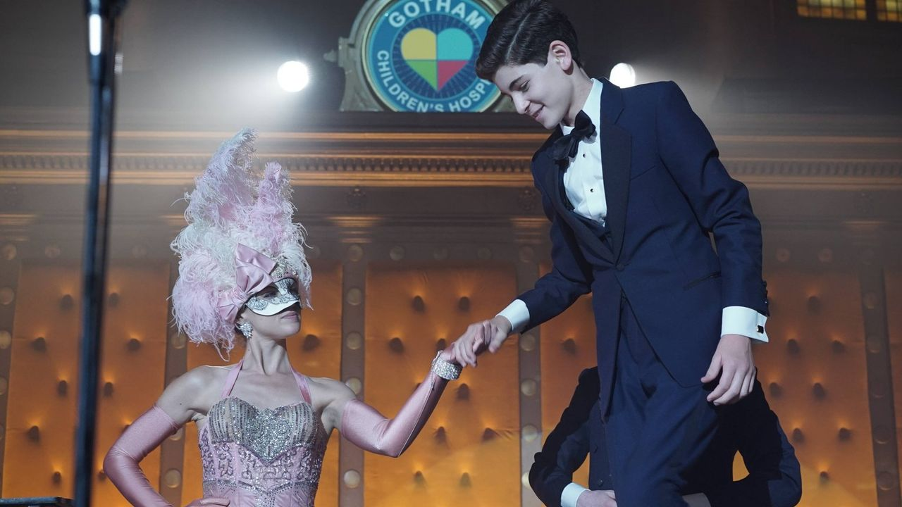 Theo Galavan plant mit Barbara (Erin Richards, l.) seinen nächsten Schachzug, um die Unterwelt von Gotham für sich einzunehmen. Die Geiselnahme des... - Bildquelle: Warner Brothers