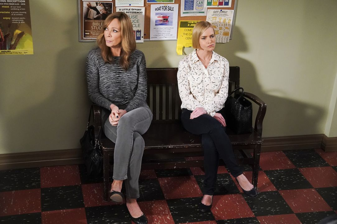 Bonnie (Allison Janney, l.); Jill (Jaime Pressly, r.) - Bildquelle: Warner Bros. Entertainment, Inc.