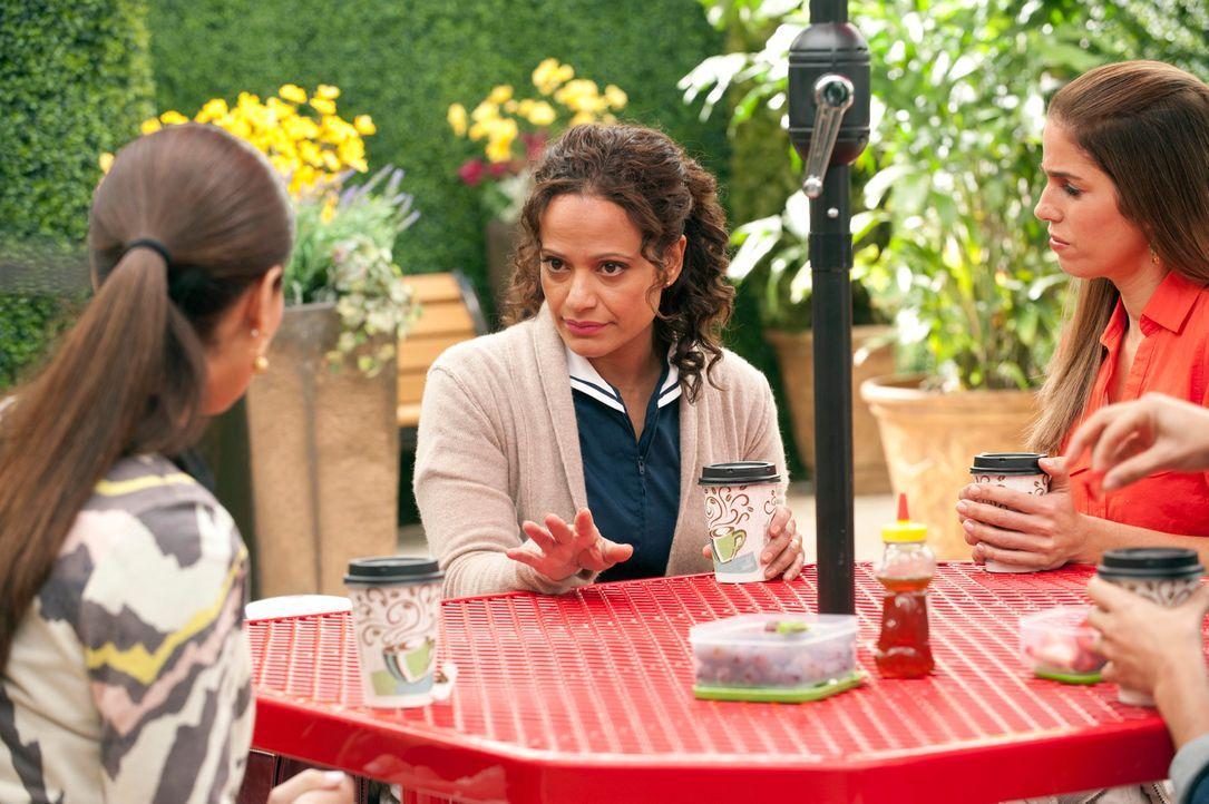 Etwas Klatsch und Tratsch muss sein: Marisol (Ana Ortiz, r.), Carmen (Roselyn Sanchez, l.) und Zoila (Judy Reyes, M.) ... - Bildquelle: ABC Studios
