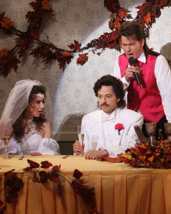 Rückblick an einen ganz besonderen Tag: Charlie (Charlie Sheen, r.), Alan (Jon Cryer, M.) und Judith (Marin Hinkle, l.) ... - Bildquelle: Warner Brothers