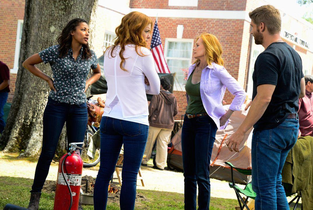 Julia (Rachelle LeFevre, 2.v.l.) traut Eva (Kylie Bunbury, l.) und Christine (Marg Helgenberger, 2.v.r.) nicht über den Weg und plötzlich ist auch B... - Bildquelle: Brownie Harris 2015 CBS Studios Inc.