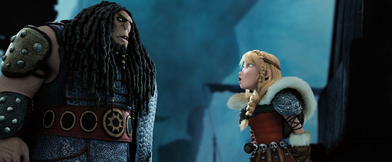Können Hicks und sein treuer Drache Ohnezahn mit Astrids Hilfe (r.) den niederträchtigen Wikinger Drago Blutfaust (l.) davon abhalten, die Insel Ber... - Bildquelle: 2014 DreamWorks Animation, L.L.C.  All rights reserved.