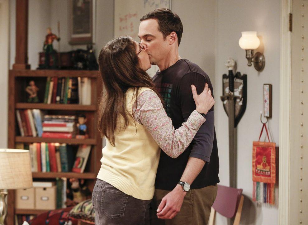 Noch können Sheldon (Jim Parsons, r.) und Amy (Mayim Bialik, l.) auf Wolke Sieben schweben, doch schon bald wird sie für ein Sommerstipendium zur Pr... - Bildquelle: 2016 Warner Brothers