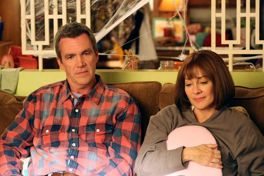 Mike (Neil Flynn, l.) und Frankie (Patricia Heaton, r.) sind wenig erfreut, als Sue einen Lehrführerschein bekommt, denn das bedeutet, dass sie ihr... - Bildquelle: Warner Brothers