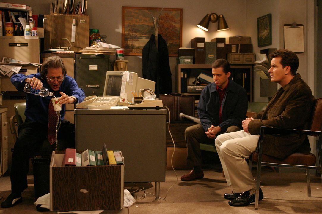 Charlie (Charlie Sheen, r.) und Alan (Jon Cryer, M.) sind von Stan (Richard Lewis, l.) geschockt ... - Bildquelle: Warner Brothers Entertainment Inc.